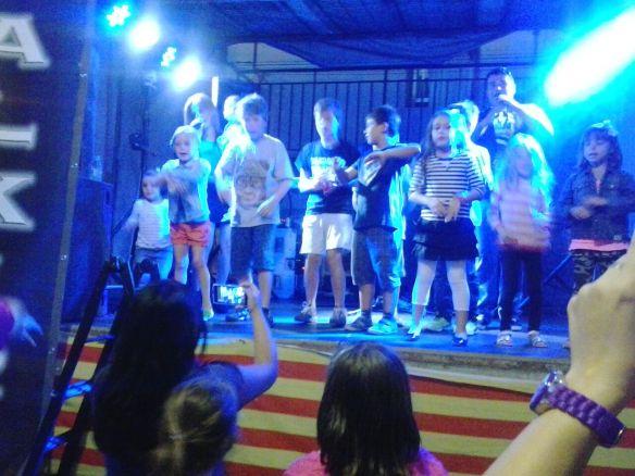 Grandes y pequeños bailando con Valkiria nuevamente